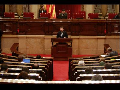 Fotografia del vicepresident Aragonès durant la seva intervenció al Parlament