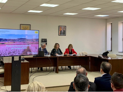 La consellera Àngels Chacón acompanyada del dir gral de Turisme, Octavi Bono, en la presentació