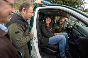 La consellera Jordà a dins d'un dels vehicles dels Agents Rurals