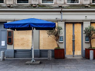 Imatge d'un bar amb terrassa tancat