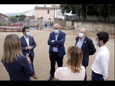 El vicepresident Aragonès i el conseller Bargalló durant la visita a l'escola de Breda