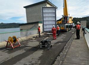 La instal·lació de l'escut metàl·lic farà possible fer els treballs en sec.