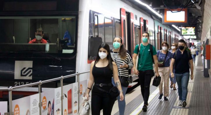 Persones usuàries d'FGC surten del tren a l'estació de Plaça Espanya.