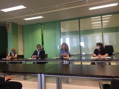 Presentació de l'equip, amb el director Xavier Bernadí i la jutgessa degana de Barcelona, Mercè Caso