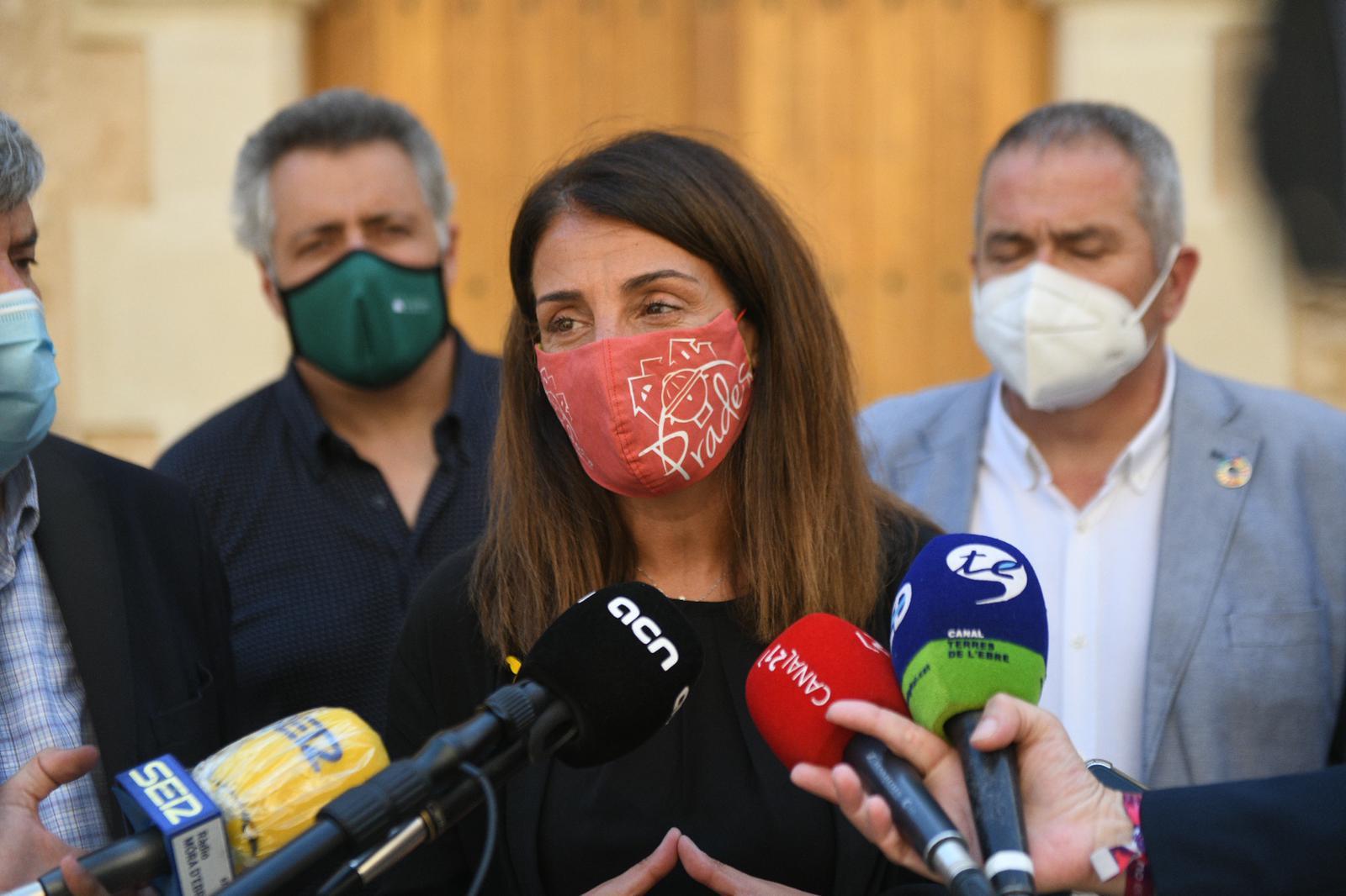 La consellera Budó durant l'atenció als mitjans (Foto: Julio Díaz)