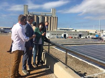 La consellera Teresa Jordà en un moment de la visita de les plaques solars