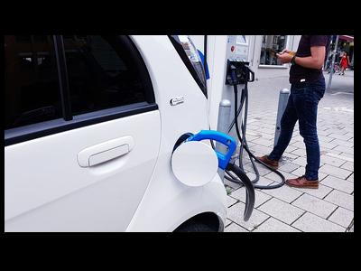 Imatge d'un vehicle elèctric carregant-se