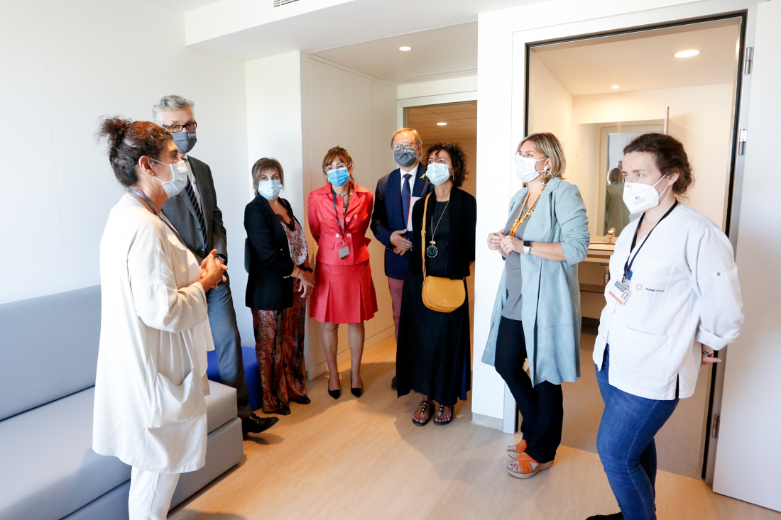 La consellera Vergés durant la visita a la Unitat d'Hospitalització Terapèutica del Trastorn de l'Espectre Autista