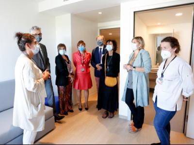 La consellera durant la visita a la Unitat d'Hospitalització Terapèutica del Trastorn de l'Espectre Autista de l'Hospital Universitari MútuaTerrassa