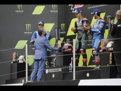 El conseller Tremosa lliyra el premi al venecedor de la cursa de MotoGP