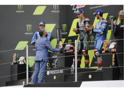 El conseller Tremosa lliura el premi al vencedor de la cursa de MotoGP