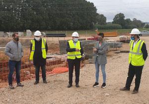 Autoritats durant la visita a les obres d'ampliació de la depuradora de Maçanet.