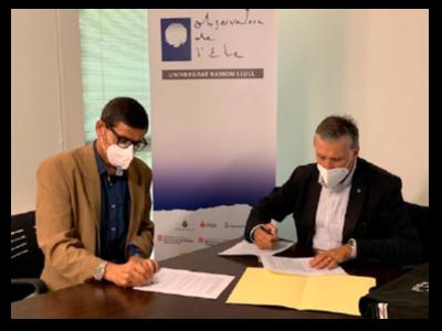 Els directors de l'Observatori, David Altadill (esq.), i de l'ICGC, Jaume Massó (dreta), signant el conveni de col·laboració.