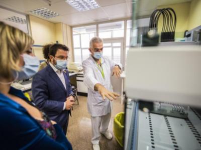 Aragonès i Vergés durant la visita al Laboratori Clínic de la Metropolitana Nord