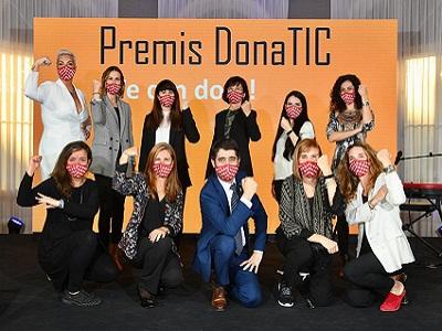 El conseller Puigneró amb les guardonades dels Premis DonaTIC 2020