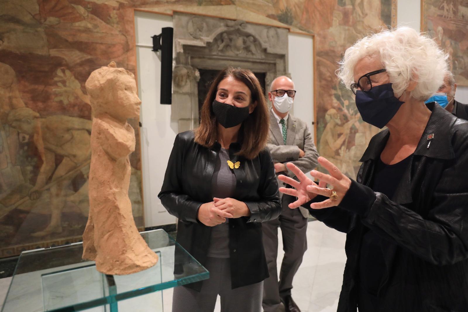 L'artista Carme Solé i la consellera Meritxell Budó amb l'escultura