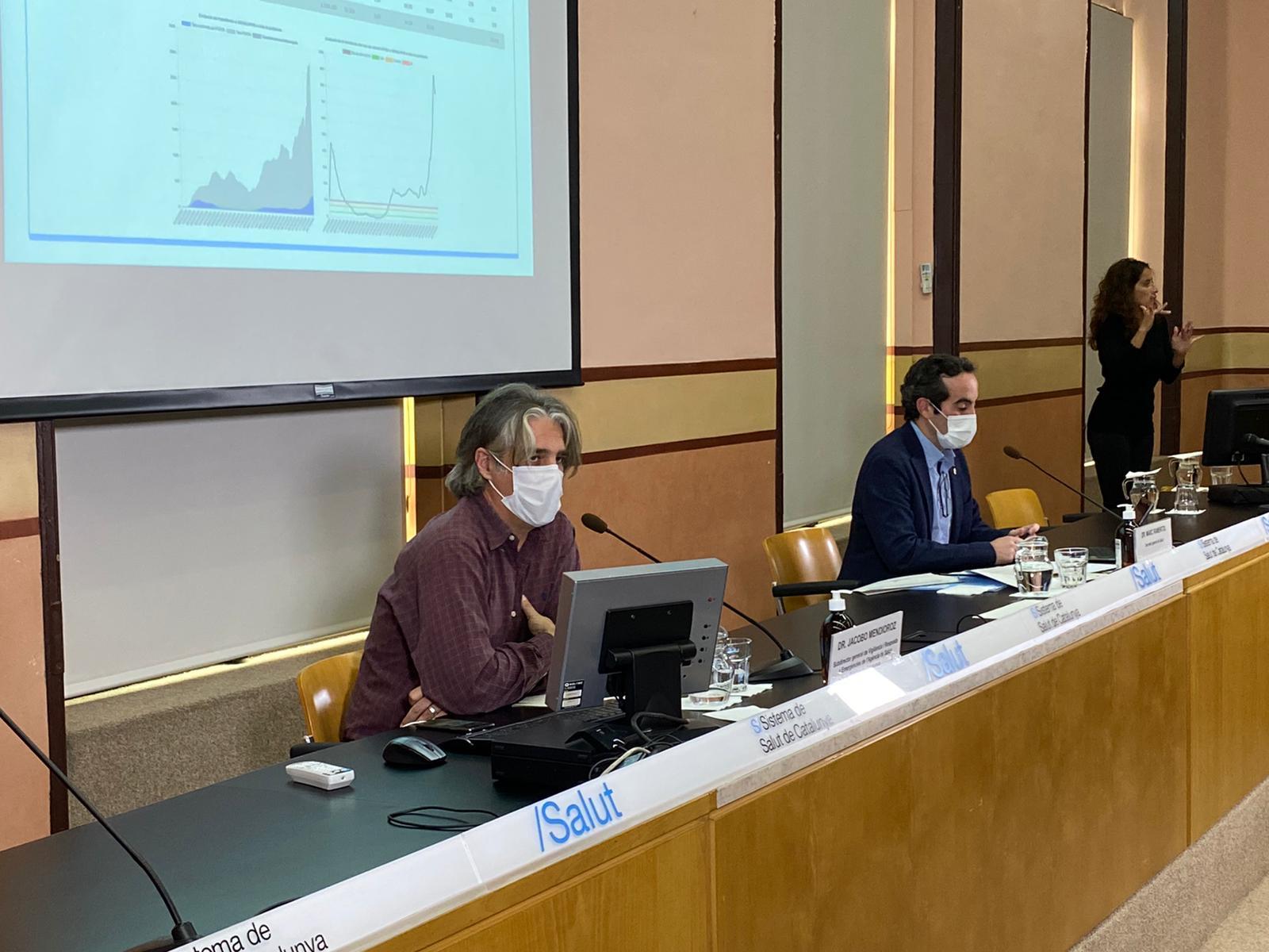 Fotografia de la roda de premsa amb el Dr.Mendioroz, a primer terme, i el Dr. Ramentol