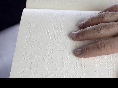 Una persona llegint en braille