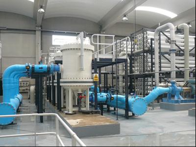 Interior d'una planta d'osmosi destinada a produir aigua regenerada.