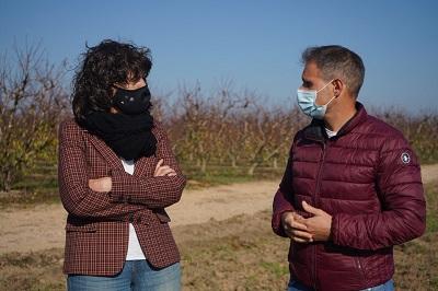 La consellera amb el propietari de la parcel·la on es farà la prova pilot de cultiu del kiwi