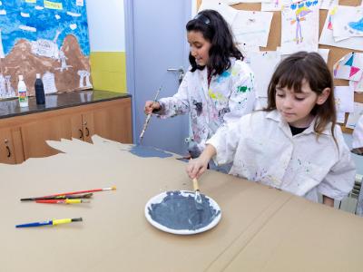 Unes nenes a un taller de pintura