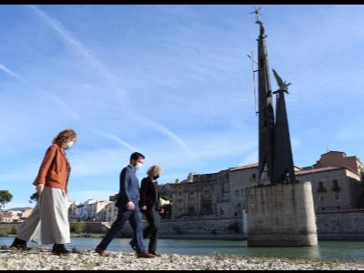 El vicepresident  Aragonès, la  consellera Capella  i l'alcaldessa de Tortosa  davant el monument franquista de Tortosa
