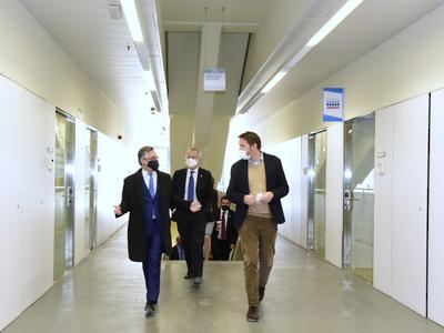 El conseller Tremosa durant la visita a les instal·lacions de Qiagen al Parc Científic de Barcelona