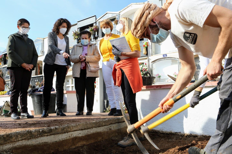 Treballs d'obertura d'una fossa al Cementiri de la pedania dels Reguers, a Tortosa