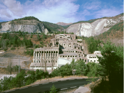 Vista frontal del complex de la fàbrica.