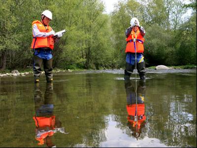 Tècnics aforadors mesurant el cabal d'un riu.
