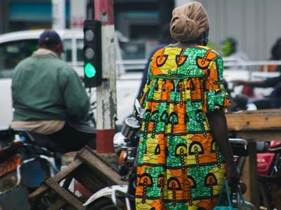 Una dona caminant en una ciutat del Camerun.