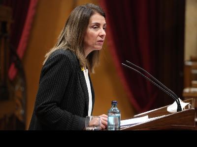 La consellera Budó, en la seva intervenció al Parlament (Fotografia: Jordi Bedmar)
