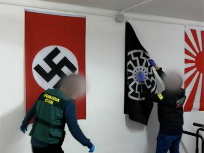 agents retirant banderes de simbologia extremista
