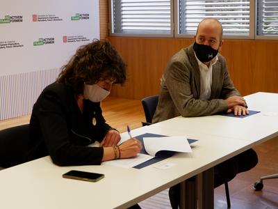La consellera Teresa Jordà signant l'acord de jubilació dels Agents Rurals