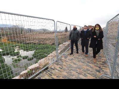 La consellera Budó, al costat de l'alcalde de Montblanc i el delegat del Govern a Tarragona visitant el pont vell de Montblanc (Fotografia: Rubén Moreno)