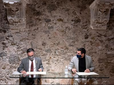 El conseller Tremosa i Miguel Vicente, durant la signatura del conveni