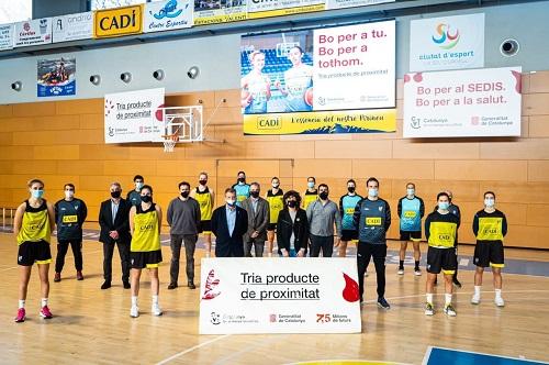 Imatge de la presentació de la campanya a la Seu d'Urgell amb les jugadores del A.E. Sedis Bàsquet