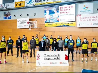 Imatge presentació dela  campanya de promoció del proucte de proximitat amb les jugadores del A.E. Sedis Bàsquet a la Seu d'Urgell