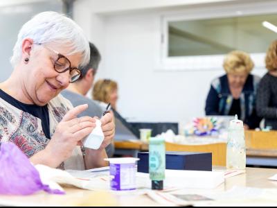 Una dona gran participa a un taller de manualitats