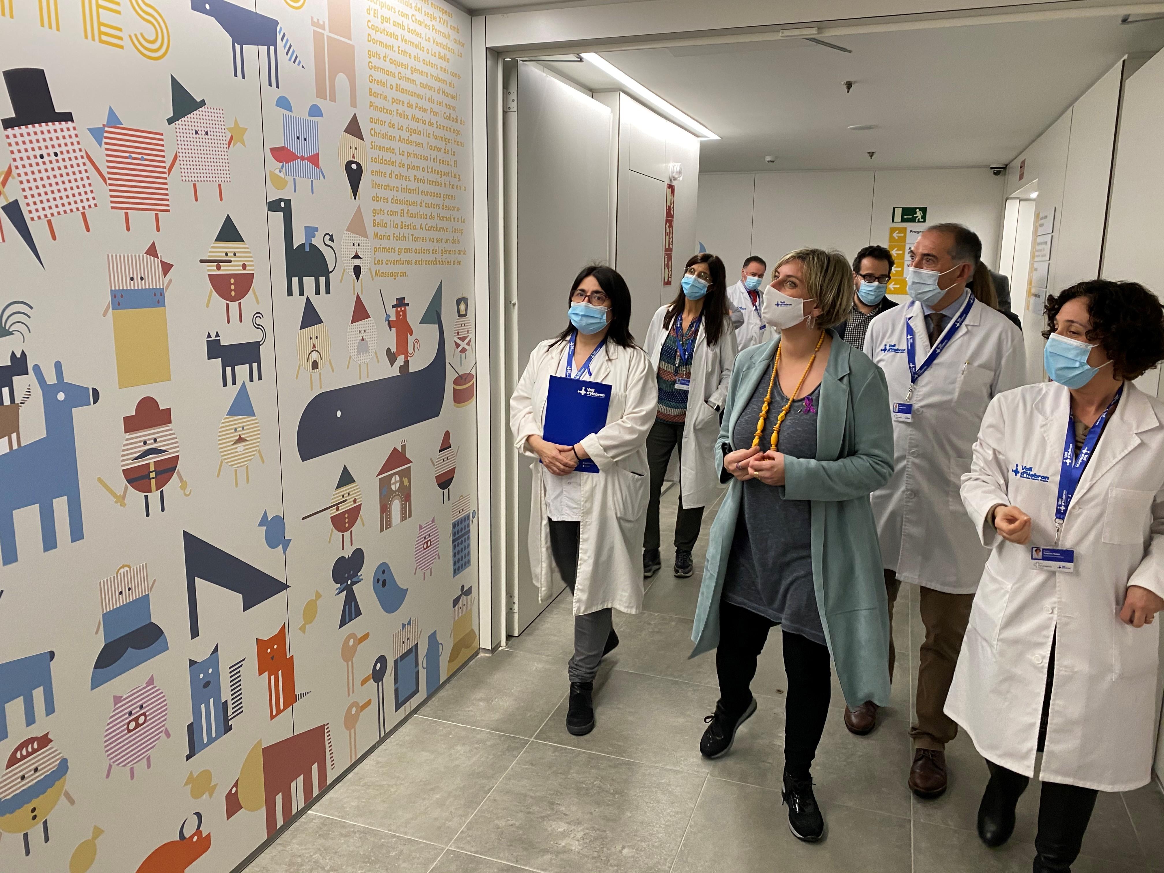 Un moment de la visita de la consellera al nou espai de l'Hospital Vall d'Hebron