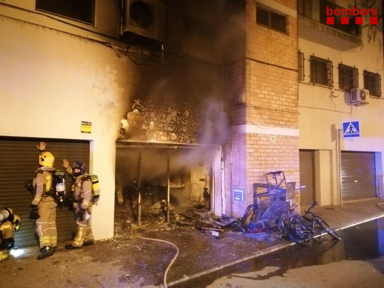 Imatge de l'incendi que va causar un ferit greu a la plaça Germans Sàbat de Girona