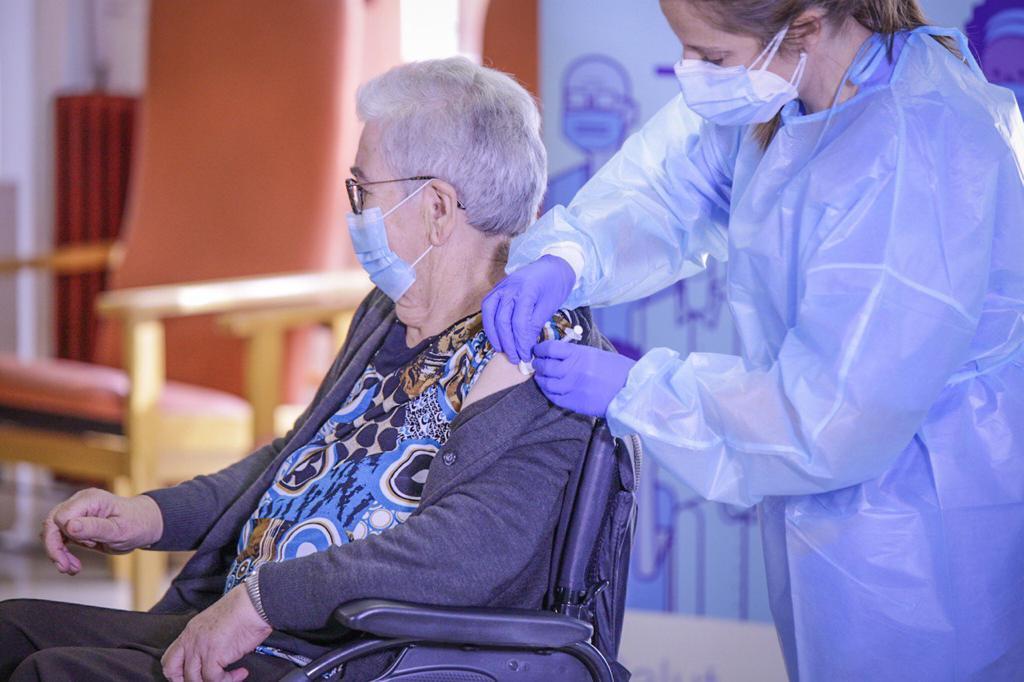Josefa Pérez, de 89 anys, primera persona vacunada contra la Covid-19 a Catalunya