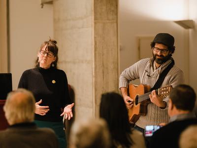 La Marta Rius (Marta Rius i Guillem Ballaz) en la presentació del cicle de conferències - concerts Música i exili que va tenir lloc a Torroella de Montgrí, el desembre de l'any passat