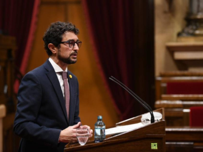 El conseller Calvet durant la seva intervenció al Parlament