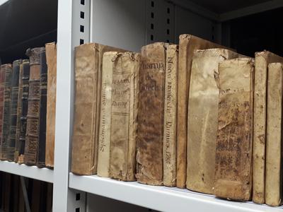 Llibres del fons bibliogràfic de la Farmàcia de l'antic Hospital de Santa Caterina