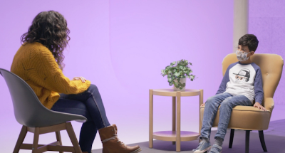 Fotograma d'un vídeo on apareix un nen parlant amb l'experta en educació emocional Clara Mas