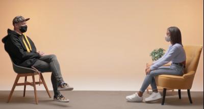 Fotograma del vídeo d'una adolescent amb el comunicador Enric Bastardas