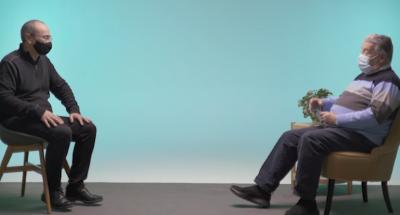 Fotograma del vídeo on apareix una persona gran amb l'escriptor Juanjo Fernández