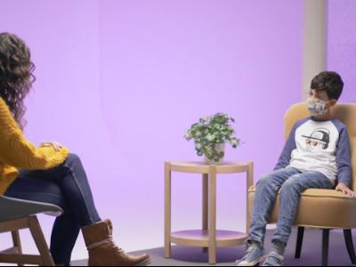 Fotograma d'un vídeo on un nen parla amb una experta en educació emocional