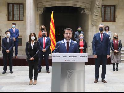 El vicepresident Aragonès, la consellera Budó i el conseller Solé amb altres membres del Govern. Autor: Rubén Moreno